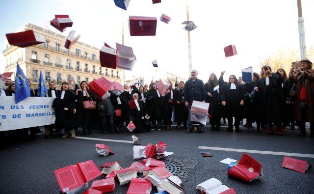 V Marseillu francoski odvetniki mečejo na kup zakonske akte, ki so jih protestno tudi zažgali na demonstracijah proti načrtovanemu zakonu o reformi pravosodja. Foto: Jean-Paul Pelissier/Reuters