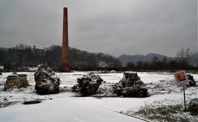 Del območja Stare cinkarne, ki ga je morala po zahtevah EU občina sanirati, najemnik VOC Ekologija pa je tu odstranil zaščitno plast zemlje. FOTO: Brane Piano
