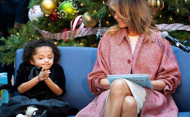 Ameriška prva dama Melania Trump bolanim otrokom bere knjigico 'Oliver the Ornament', med obiskom otroške bolnišnice v Washingtonu.Foto Jim Watson Afp