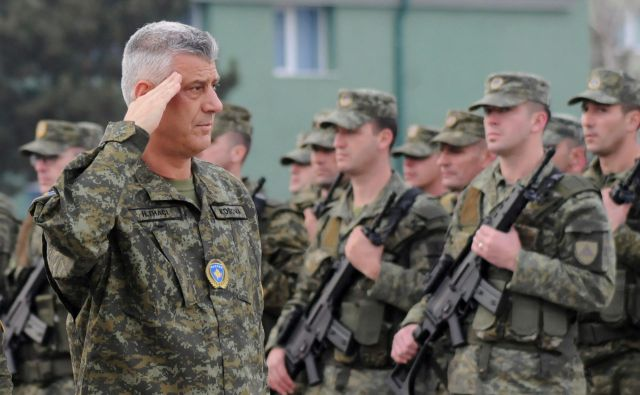 Kosovski predsednik HashimThaçi, ki je oblekel vojaško uniformo, je izjavil, da bo večetnična kosovska vojska v službi vseh državljanov. Foto: Laura Hasani/Reuters