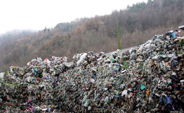 Zasavska deponija odpadkov na Uničnem pri Hrastniku poka po šivih. Foto Roman Šipić