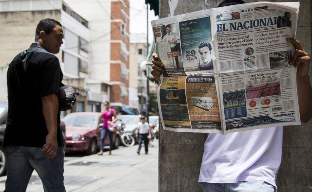 Zaradi omejenega dostopa do papirja, ki je posledica monopola oblasti nad osnovnimi surovinami in velike ekonomske krize, so v Venezueli ugasnili številni časopisi.Foto: Marco Bello/Reuters
