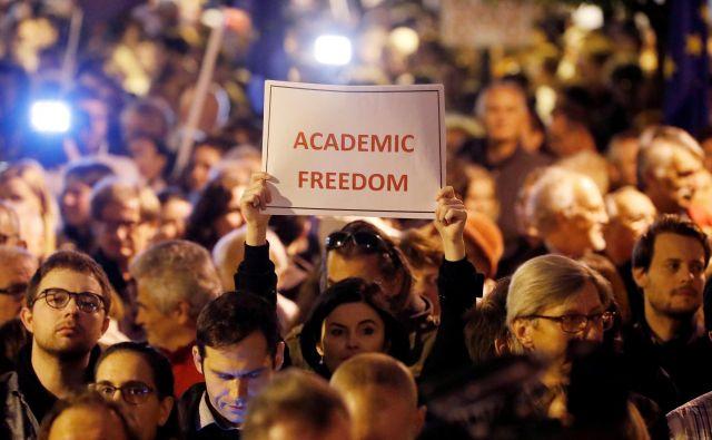 Protestniki pred univerzo Georgea Sorosa proti izgonu univerze iz države. FOTO: Reuters