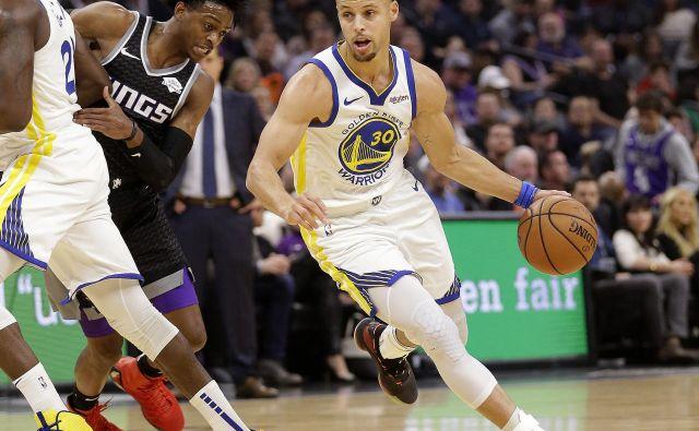 Steph Curry je dosegel 35 točk, roka se mu ni zatresla niti pri odločilnih dveh prostih metih 15 sekund pred koncem tekme, s katerimi je Golden State potrdil zmago v Sacramentu. FOTO: AP