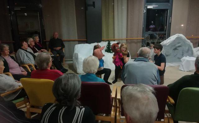 Lutkovna predstava je nasmejala starejše. FOTO: Anja Intihar