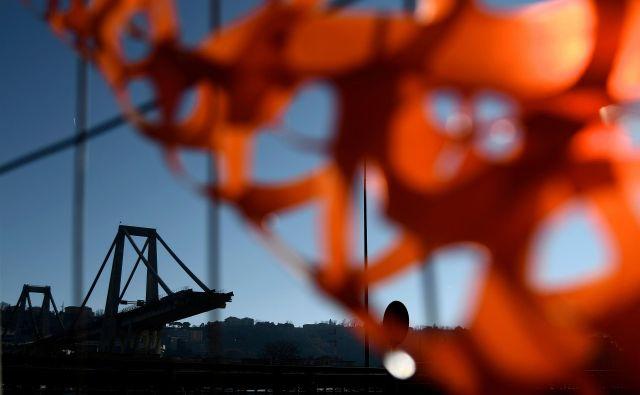 Viadukt se je v dolžini približno 100 metrov porušil med nevihto 14. avgusta. FOTO: AFP
