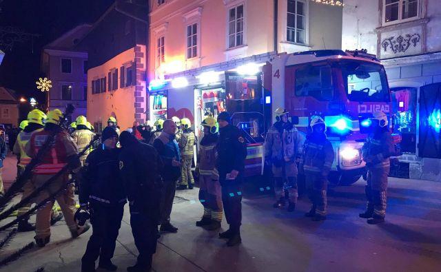 Okoli 20. ure je stekla obsežna intervencija gasilcev, vzporedno je stekla policijska preiskava.FOTO: Delo