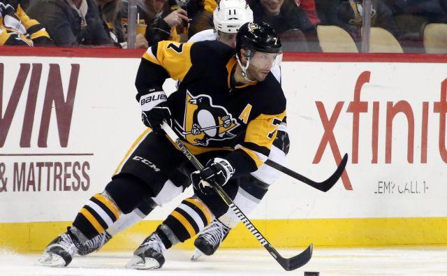 Pittsburghov hokejist Matt Cullen vodi plošček pred Anžetom Kopitarjem (v ozadju). FOTO: Usa Today Sports