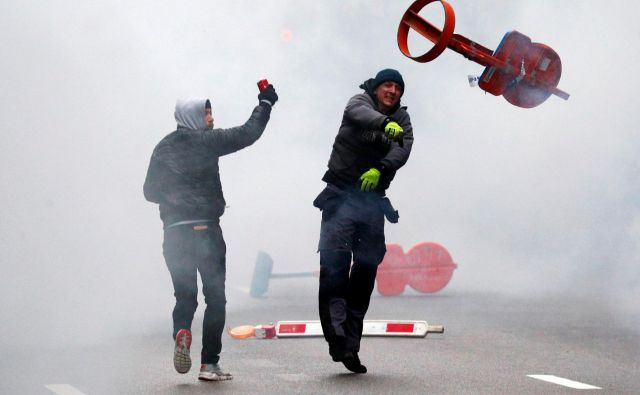 Sprva mirni protesti desničarskih skupin so se sprevrgli v nasilje. FOTO: Francois Lenoir/ Reuters