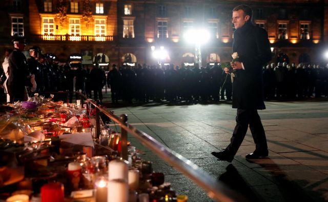 Francoski predsednik Emmanuel Macron se je poklonil žrtvam strelskega napada v Strasbourgu. FOTO: Pool/Ap