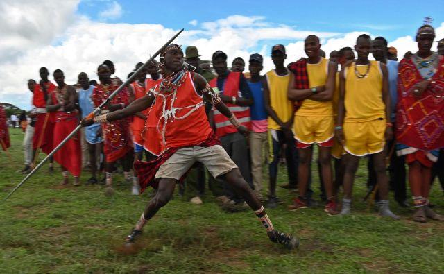 Član kenijskega plemena Masajev tekmuje v metu kopja, ki je alternativa tradicionalnemu metanju sulic med športnim dogodkom, ki so ga poimenovali kar olimpijske igre Masajev. Olimpijske igre so pobuda mednarodnih skupin za ohranjanje, ki se od leta 2012 odvijajo vsaki dve leti, da bi Maasajskim bojevnikom ponudili alternativo ubijanju levov kot del njihovega tradicionalnega obreda. Foto Tony Karumba Afp