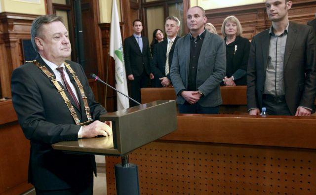 Zoran Janković z lento ljubljanskega �župana in njegov najhujši tekmec na volitvah Anže Logar ob poslušanju slavnostnih fanfar FOTO Roman Š�ipić/Delo