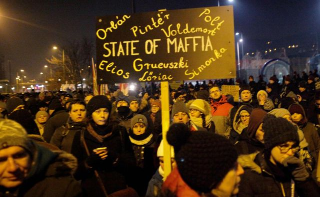 V svoji peticiji so poslanci podprli protestnike, ki zahtevajo umik nove delovne zakonodaje: ta je v sredo sprožila največje proteste na Madžarskem v zadnjem desetletju. FOTO: Peter Kohalmi/AFP