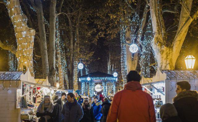 Na Zrinjevcu res izstopi na tisoče luči in z njimi vrvež ob belih sejemskih hišicah. FOTO: Cropix