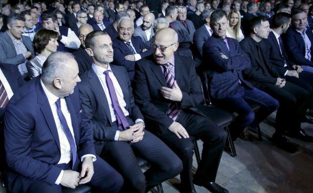 Pred predsednikom UEFA Aleksandrom Čeferinom (v sredini), predsednikom NZS Radenkom Mijatovićem (levo) in predsednikom OKS Bogdanom Gabrovcem so tudi v letu 2019 veliki nogometni in športni izzivi. FOTO: Roman Šipić/Delo