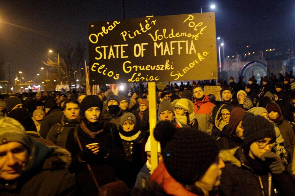 FOTO:Opozicijska poslanca vrgli iz stavbe madžarske televizije, protesti tudi v ponedeljek