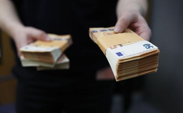 Če se hoče država rešiti težav z velikim deležem zaposlenih na minimalni plači in splošno nizko ravnijo prihodkov zaposlenih, potem bo morala jasno opredeliti táko dolgoročno vzdržno fiskalno politiko, ki bo spodbujala investicije in zaposlovanje. Foto Leon Vidic/delo