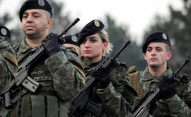 Parada kosovskih varnostnih sil pred glasovanjem v parlamentu o preoblikovanju v vojsko. FOTO: Reuters