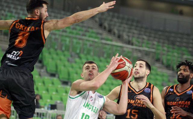 Roko Badž�im (z žogo) je bil najučinkovitejši Olimpijin košarkar. FOTO: Roman Š�ipić