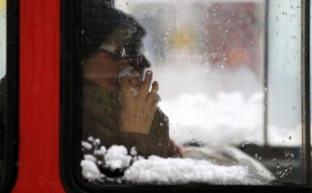 Človeški rinovirusi se prenašajo prek smrkanja in nosnega izcedka. FOTO: Tadej Regent
