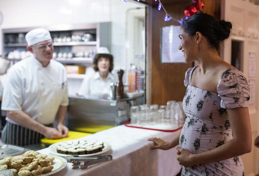 Meghan Markle pokazala zaobljen nosečniški trebušček