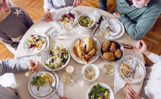 Zaradi prevelike količine nezdrave, mastne, sladke in na sploh težko prebavljive praznične hrane imajo številni težave. Ob prazničnem prenajedanju nas lahko doleti zgaga, bolečine v želodcu, spahovanje, bruhanje, driska. FOTO: Shutterstock