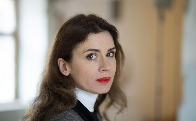Lara Bohinc, oblikovalka kultnega nakita, se v Sloveniji premierno predstavlja z razstavo svojega pohištva, hkrati je kot gostja Centra za kreativnost svoje izkušnje delila v okviru projekta Prenos veščin. FOTO: Jože Suhadolnik