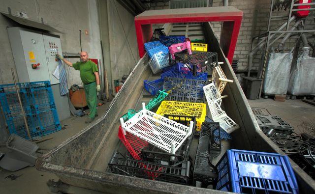 Gorenje Surovina poleg odpadkov predeluje tudi elektronske komponente. Foto Jože Suhadolnik