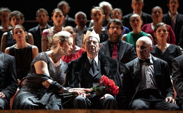 Ko Macbeth drži sabljo, med sedečo odrsko »publiko« stoji tudi Banquo, ki ponavlja isto kretnjo – roko drži v zraku v isti smeri, vendar ta še nima moči, saj je brez nabodala. Foto Darja Štravs Tisu