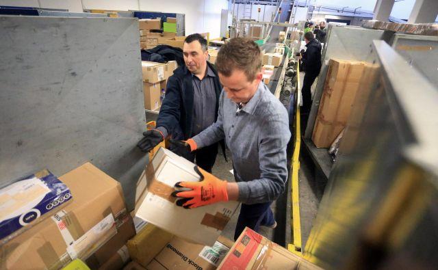 Promet s paketnimi pošiljkami je novembra in decembra navadno večji, Pošta Slovenije zaznava 12-odstotno povečanje. FOTO: Tadej Regent/Delo