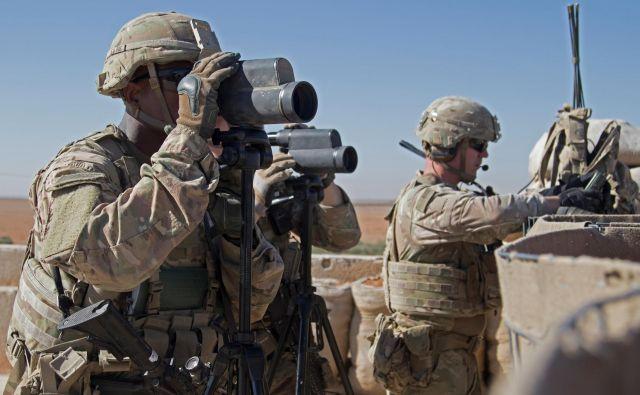 Ameriški predsednik Donald Trump je z besedami, da ZDA ne želijo biti »policist Bližnjega vzhoda«, danes branil svojo odločitev za umik ameriške vojske izSirije, ki je naletela tudi na kritike republikancev.Foto: Reuters