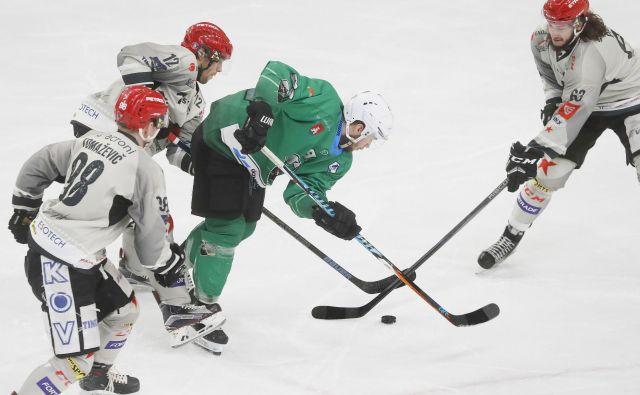 Žan Jezovšek (v zelenem dresu) je nekdanjim soigralcem z Jesenic zabil dva gola.<br /> FOTO Leon Vidic