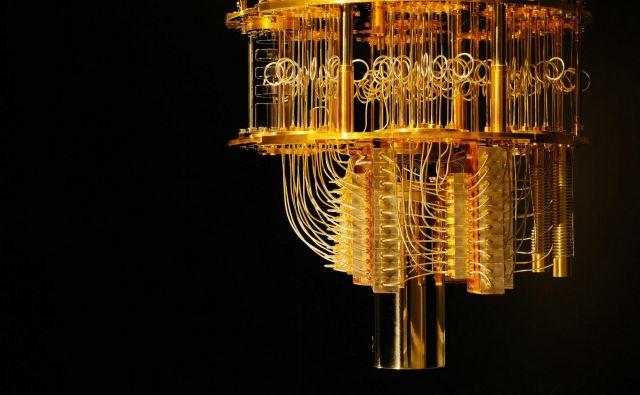 IMB-ov kriostat kvantna vezja ohladi na izjemno nizko temperaturo, pri katerih se superpozicija stanj in prepletenost lahko zgodita brez izgube informacij. FOTO: IBM