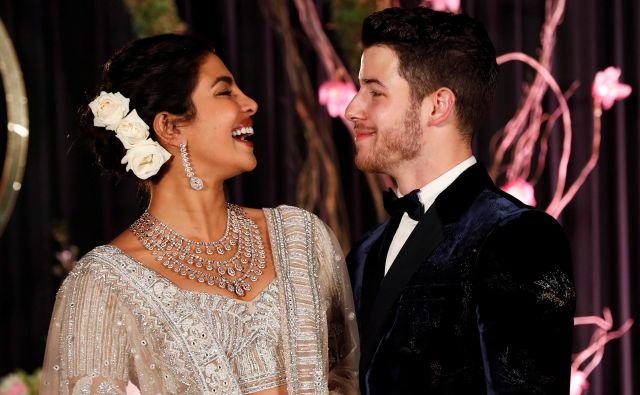 Priyanka Chopra inNick Jonas pozirata med svojim tretjim poročnim sprejemom.FOTO: Adnan Abidi/Reuters