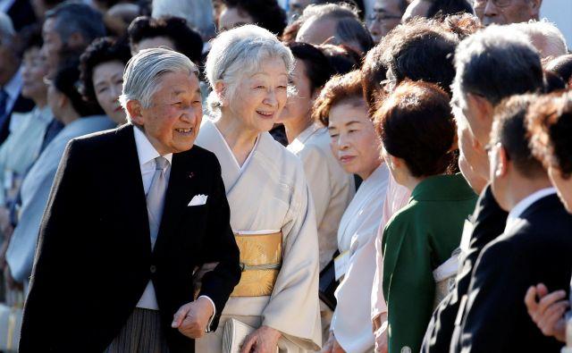 Jutri bo cesar Akihito v spremstvu cesarice Mičiko še zadnjič pozdravil zbrane podanike. FOTO: Reuters
