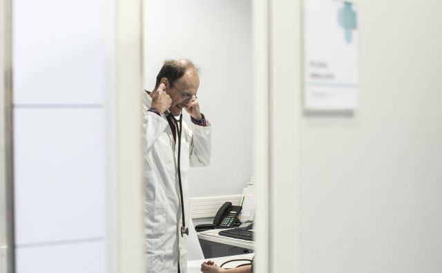Družinski zdravniki zaradi administrativnih opravil in gneče pred vrati obupujejo. Foto: Voranc Vogel/Delo