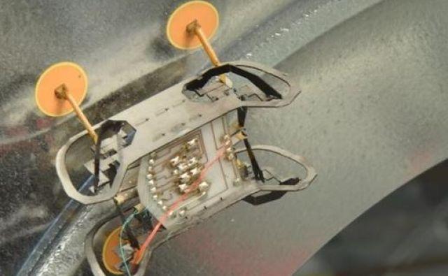Mikrorobotek se brez težav obdrži, tudi če je obrnjen na glavo. FOTO: Wyss Institute at Harvard University