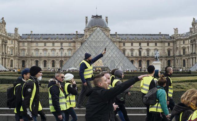 Protesti potekajo v več mestih, v Parizu pa je bilo dopoldan mirno. FOTO: Kamil Zihnioglu/AP