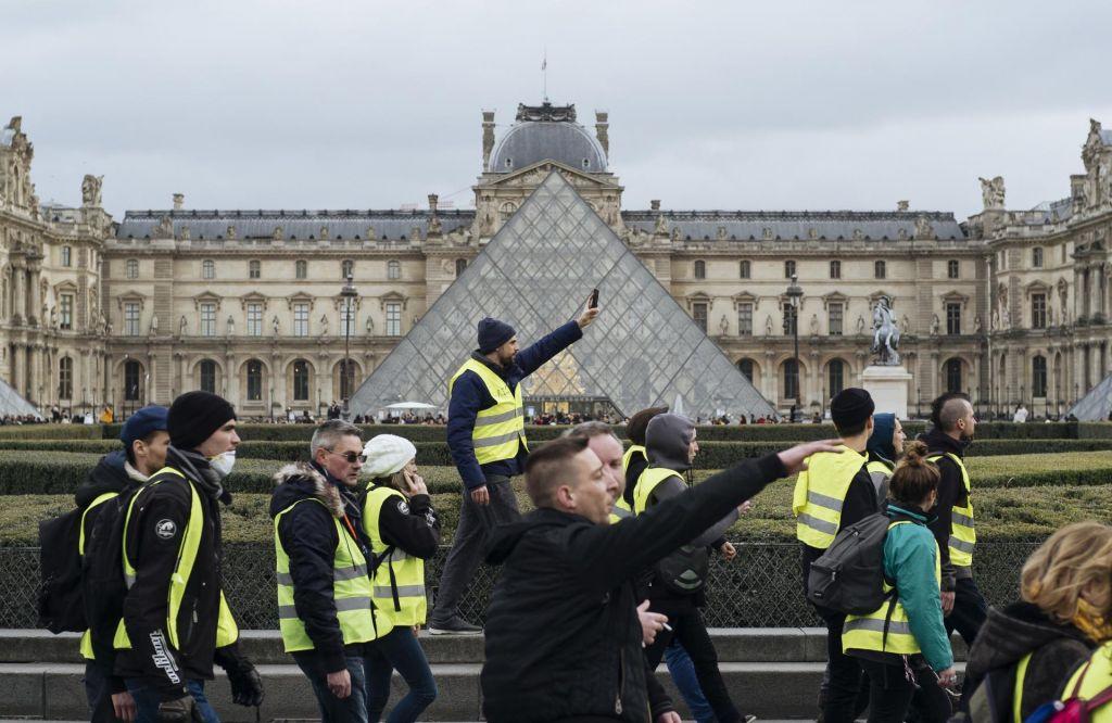 Novi protesti rumenih jopičev na jugu Francije terjali smrtno žrtev