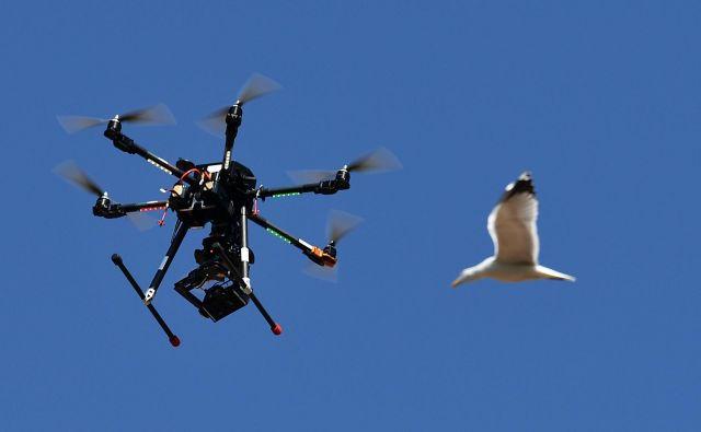 Britanska policija je v zvezi z nezakonito uporabo dronov v petek pridržala dve osebi. FOTO: Vincenzo Pinto/AFP