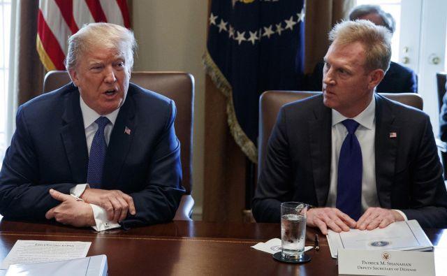Patrick Shanahan (desno) in Donald Trump. FOTO: Evan Vucci Ap
