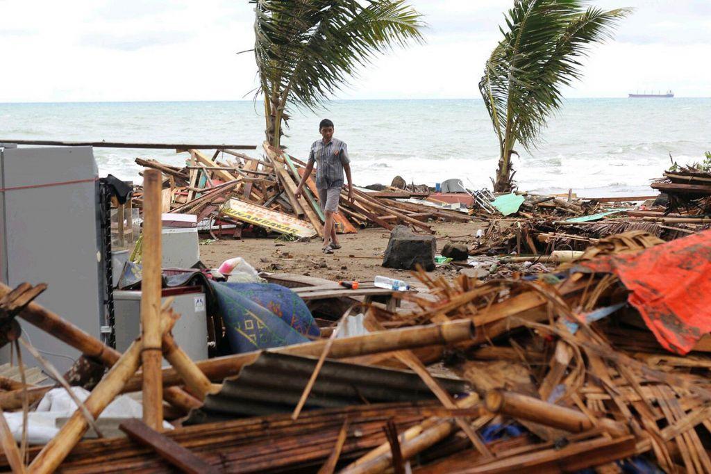 FOTO:Uničujoč cunami v Indoneziji terjal 222 življenj (VIDEO)