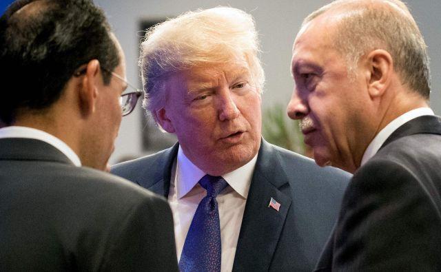 Trump je že pred tem sporočil, da se je po telefonu pogovarjal z Erdoganom in da sta govorila o »počasnem in zelo koordiniranem umiku ameriških sil« iz države. FOTO: Benoit Doppagne/AFP