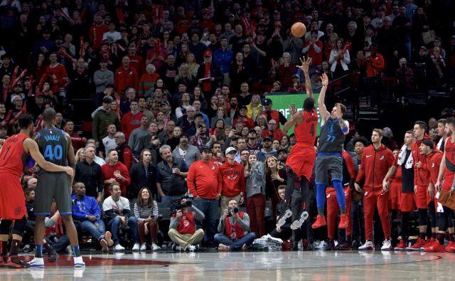 Luka Dončić je s čudežno trojko izvlekel podaljšek. FOTO: Craig Mitchelldyer/AP