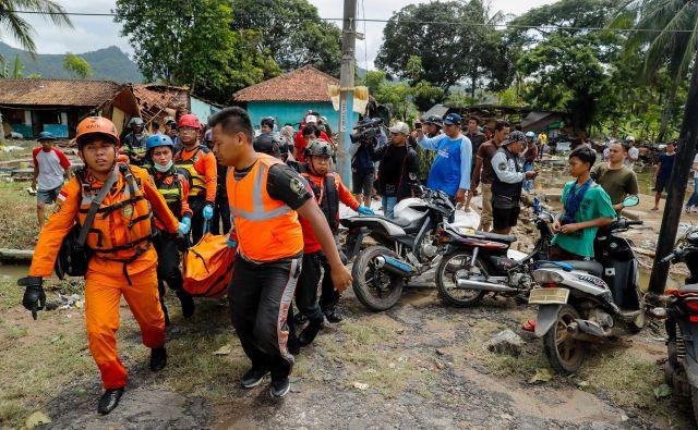 Najboljprizadeta je zahodna obala priljubljenega turističnega otoka Java, kjer vzdolž 100 kilometrov dolge obale na stotine vojakov in prostovoljcev pomaga pri iskanju preživelih. FOTO: Jorge Silva/Reuters