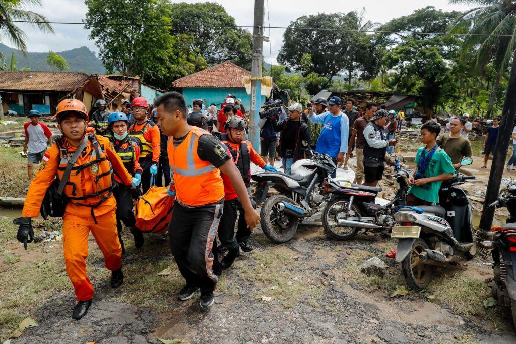 FOTO:Število žrtev cunamija v Indoneziji preseglo 370