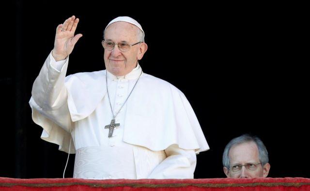 Z balkona papeške palače v Vatikanu je Frančišek pozval k miru na svetu. FOTO: Reuters