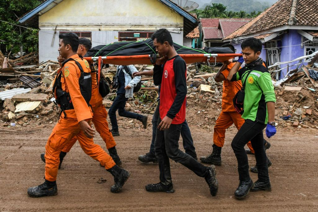 FOTO:Število žrtev cunamija v Indoneziji še kar narašča