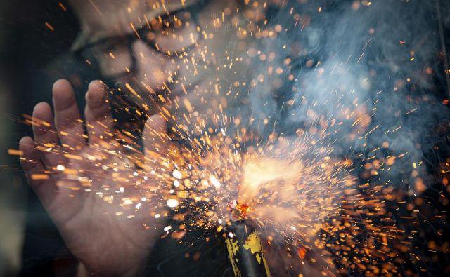 Neprevidna uporaba pirotehničnih izdelkov lahko povzroči hude telesne poškodbe. FOTO: Voranc Vogel