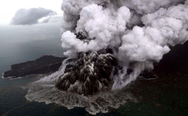 Indonezijska meteorološka agencija (BMKG) je pozno v torek sporočila, da slabo vreme okoli vulkana lahko povzroči krhkost njegovega kraterja. FOTO: Reuters
